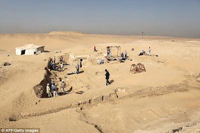 Destroços de barco de 4.500 anos são descobertos no Egito
