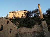 La xemeneia de Cal Pons amb la Torre Nova a la seva esquerra
