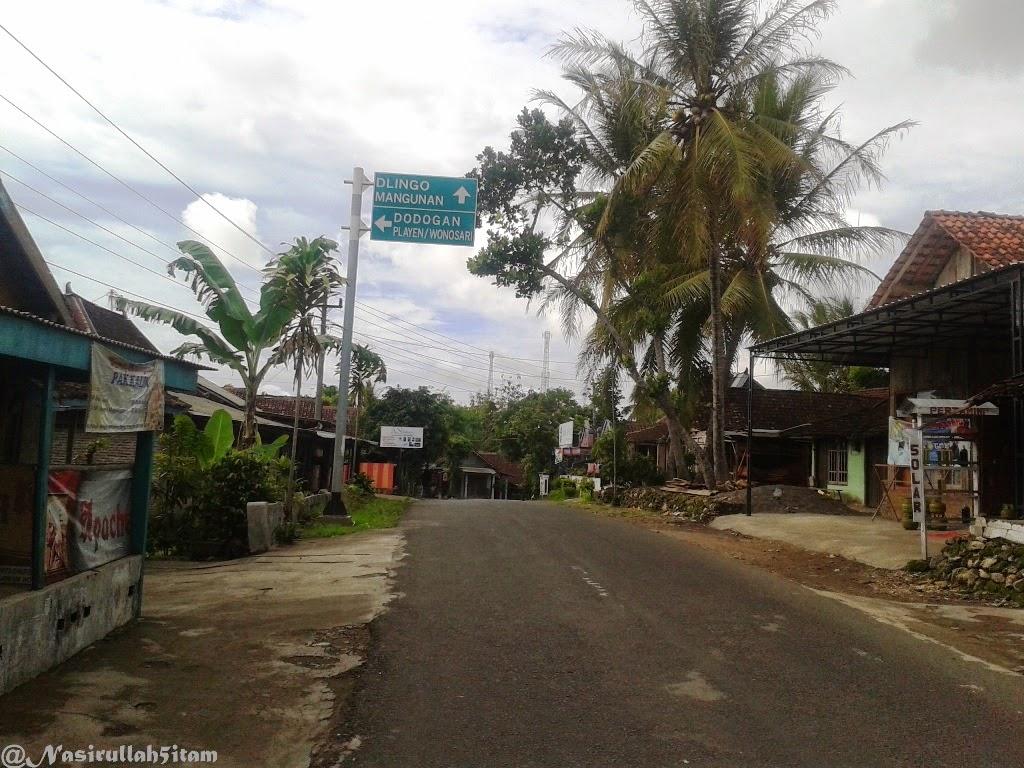 Plang petunjuk jalan sepanjang perjalanan di Dlingo, Bantul