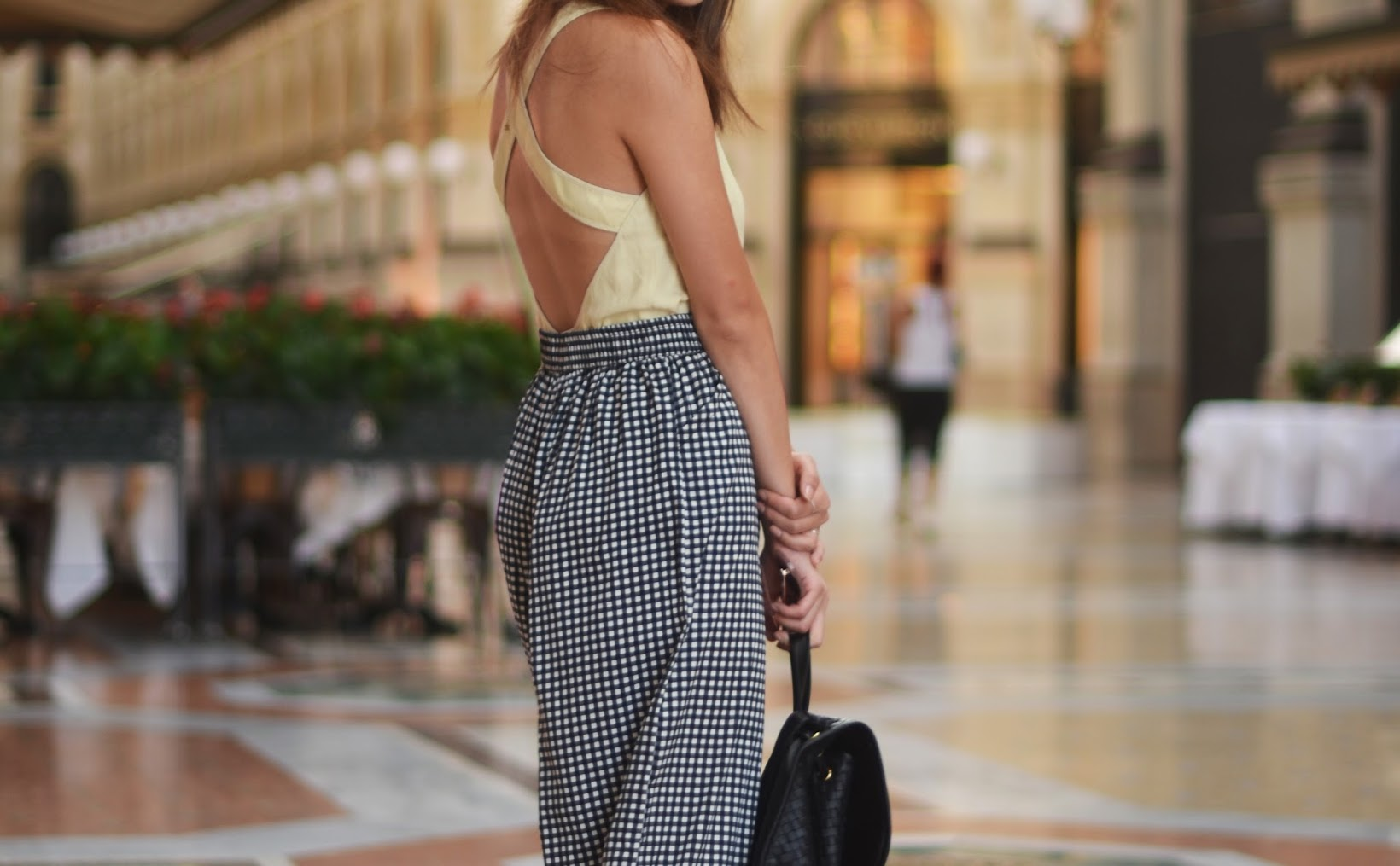 cutout top, gingham culottes, black backpack, detail shot, outfit in milan