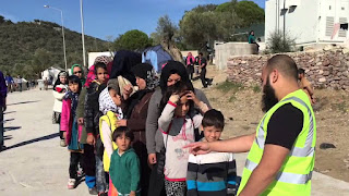 Βίντεο - ντοκουμέντο από την Λέσβο! Φιλανθρωπική οργάνωση με το έμβλημα των Τζιχαντιστών υποδέχεται πρόσφυγες