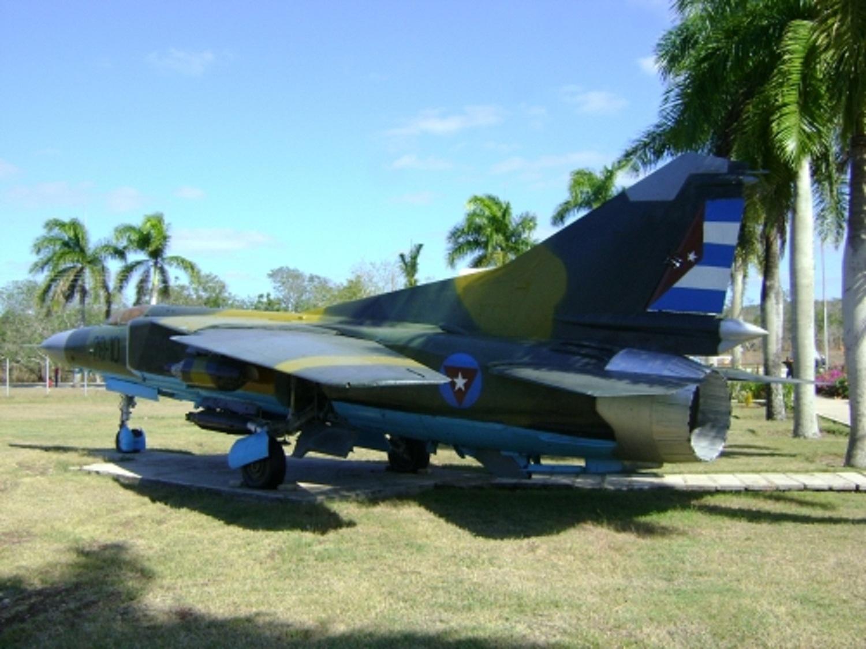 Armée Cubaine / Cuban Revolutionary Armed Forces CUBA%2BMIG-23MF%2B28-10%2BESC%2BMIL%2BCAMILO%2BCIENFUEGOS%2BHOLGUIN