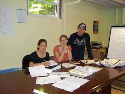 Sarah con sus estudiantes Elda y Jorge