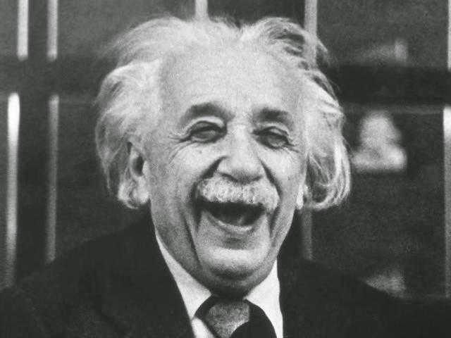 Foto Albert Einstein tertawa
