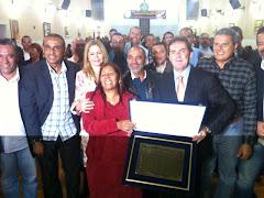 PAULINHO DA FORCA RECEBE TITULO DE CIDADAO PIRACAENSE DAS MAOS DA VEREADORA EUNICE CABRAL .