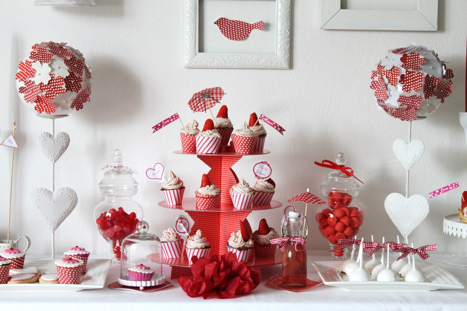 Sweet table fraise vichy rouge le candy bar - Decoration table anniversaire rouge et noir ...