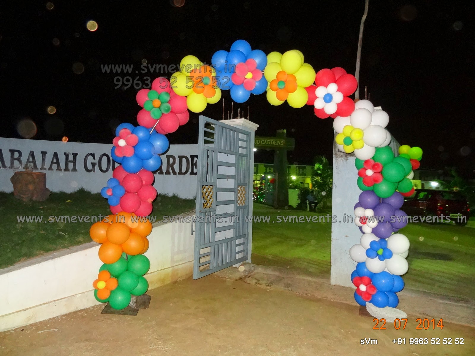 Svm events jungle theme balloon wall and balloon for Balloon decoration on wall