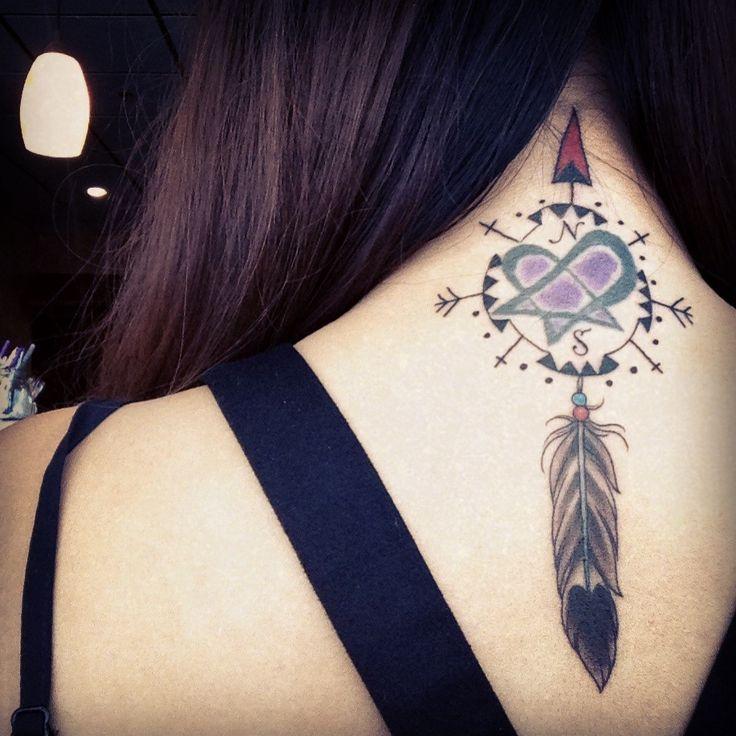 Chica sexy con tatuaje en el cuello