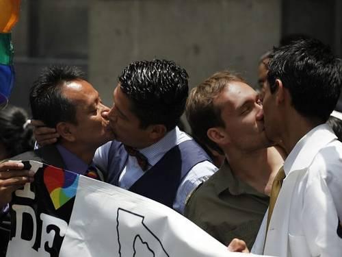 Em frente à Suprema Corte, mexicanos comemoram decisão que valida o casamento igualitário na capital em 2010 (Foto: AFP)