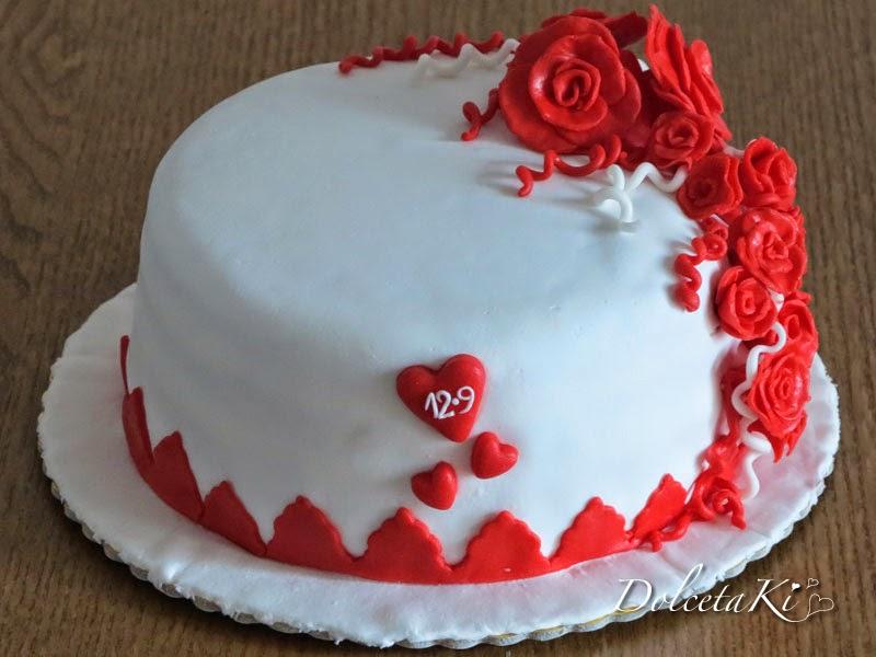 torta romantica con rose rosse