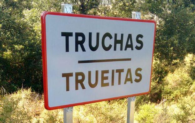 Bilingual Spanish-Leonese roadsign (Photo: Iván Martínez Lobo)