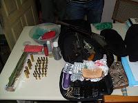 Armas, munição, drogas e dinheiro