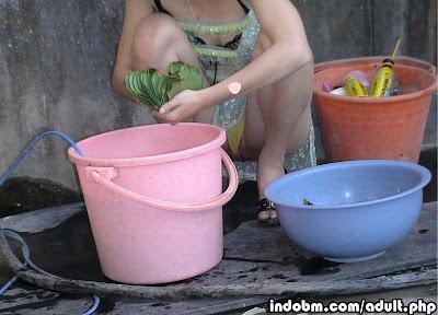 Gambar Tante Mulus Pamer Memek Saat Cuci Piring