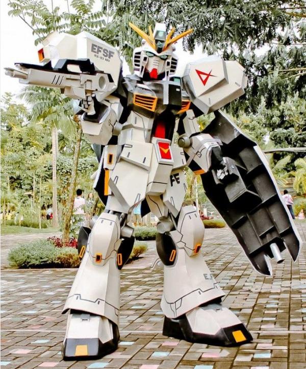 GUNDAM GUY: Gundam Cosplay: RX-93 Nu Gundam