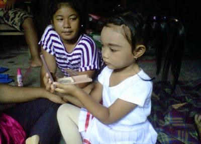 +Gambar anak bermain saat di rias
