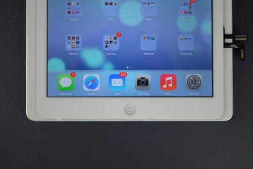 Una foto comparativa tra la larghezza dell'iPad 5 con quella dell'iPad 4