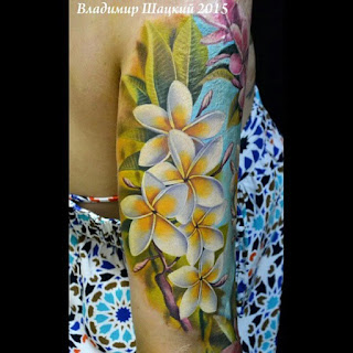 tatuagens femininas na parte externa do braço desenho flores plemuria