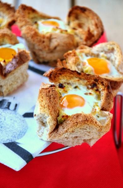 cestini di pane con porri e uova di quaglia