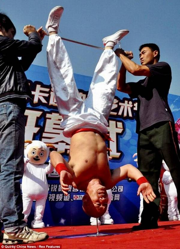 Stuntman Li Xin Stood on his Head for 10 seconds on spike