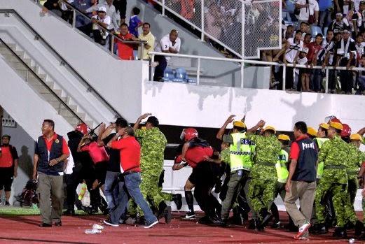 Gambar Penyokong Terengganu Merusuh Gagal Ke Final Piala FA 2015