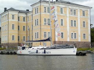 Kisat ovat takana, Nella odottaa Suomenlinnan laiturissa kotiin lähtöä