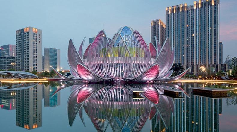 El edificio de Lotus crece a partir de un lago en Changzhou, China