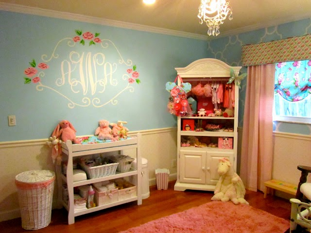 Móveis simples para quarto de bebê. Cortina estampada