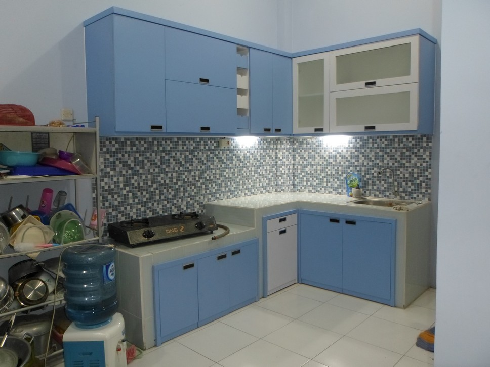 Kitchen set minimalis desain warna biru bentuk l for Kitchen set warna putih