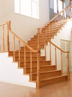 Escadas e corrimão de madeira para imóvel residencial