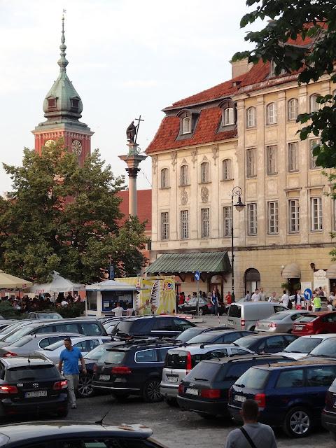 Prowizoryczny parking na Starym Mieście przy ulicy Miodowej i Senatorskiej.