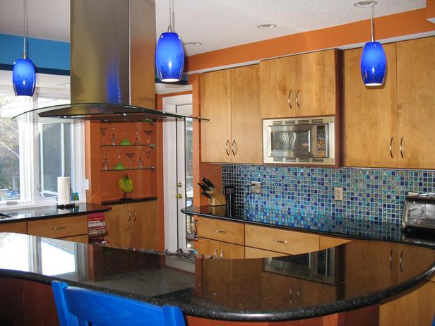 el azul de los taburetes y las luces colgantes del mismo color realzan esta cocina