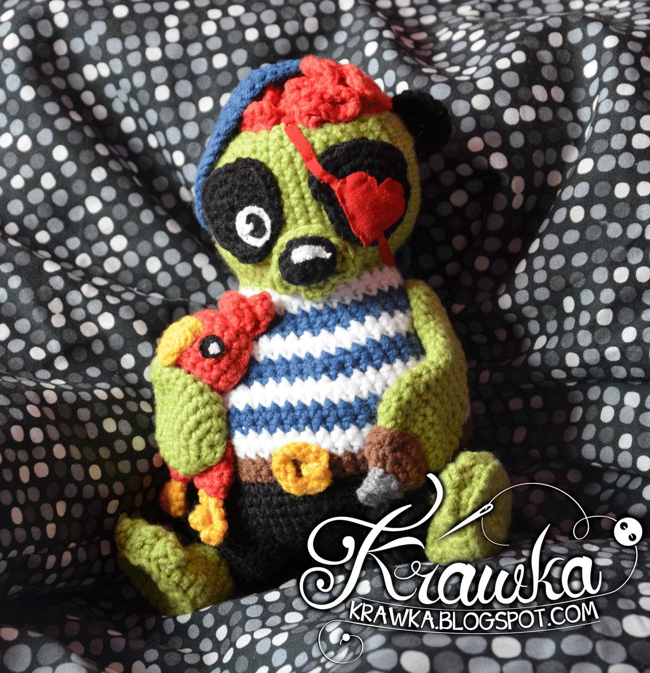 Maskotka zrobiona na szydełku zielona panda, pirat, zombie trzymająca uroczą papugę. Crocheted maskot, toy green zombie panda who is also a pirate, holding a red cute parrot amigurumi crochet