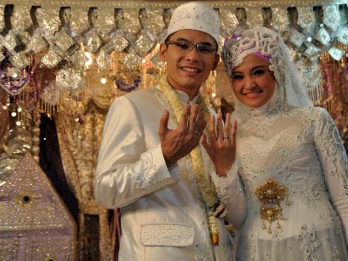 kebaya pengantin muslimah yang sangat cocok bagi pasangan muda yang