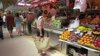 photo solamante in the valencian market, woven palm bag
