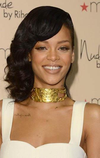 Rihanna omuz hizası saçlarına retro dalgalı bir saç modeli yaptırmış ve dalgalı saçlarını yan tarafına atmıştır.