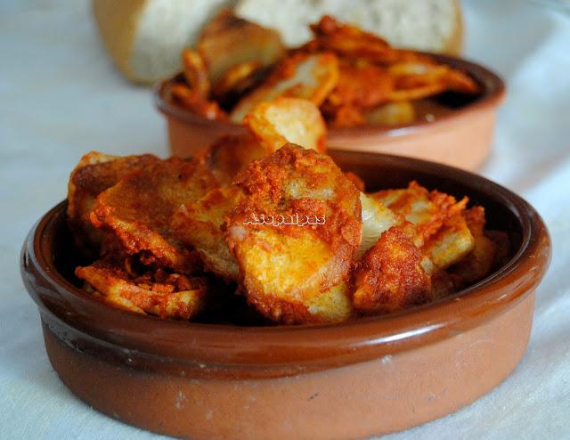 Patatas con majado de ajo y pan frito con pimentón