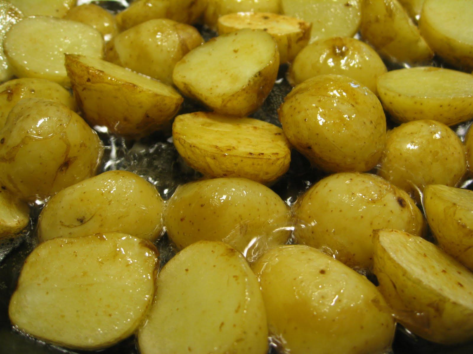 Raakana paistetut uudet perunat