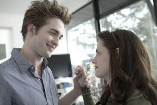 chico tomando de la mano a chica