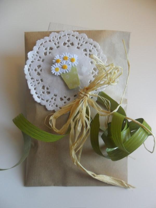 Mamolicas envolver regalos con pinzas de madera y blondas - Blondas de papel ...