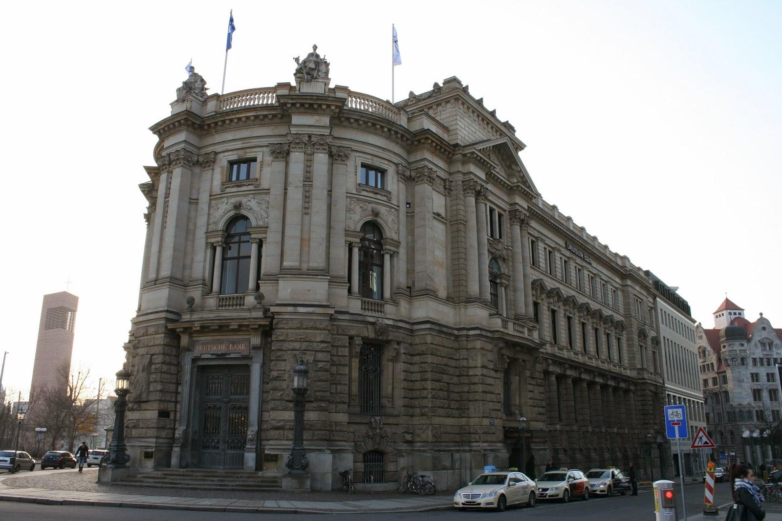 """Blick in Markgrafenstraße und auf das Gebäude der """"Deutschen Bank"""", welches nach dem Konkurs der damaligen """"Leipziger Bank"""" im Jahr 1901 von erstgenannter übernommen wurde"""