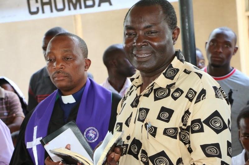 Baba Mchungaji Ephraim Mwakajwanga Wa Kanisa La Moravian Kijichi Akitoa Neno Kiroho Mahubiri Mafupi Wakati Kuuaga Mwili Marehemu Katika