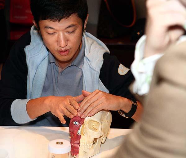 Sculptra, PLLA, 聚左乳酸, 塑然雅, 舒顏萃 專家會議上解說額頭注射技術