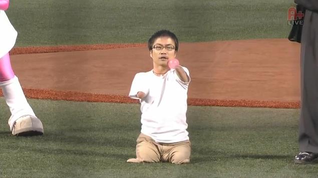 Hirotada Ototake lanza pelota
