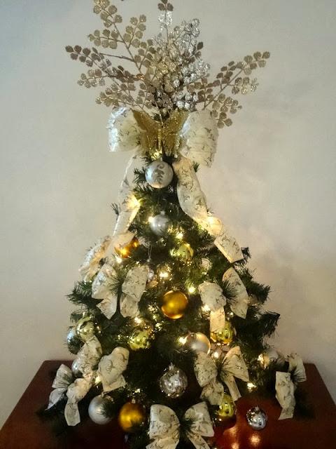 lacos para decoracao de arvores de natal:Decore Criativo: Árvore de Natal Prata e Dourada