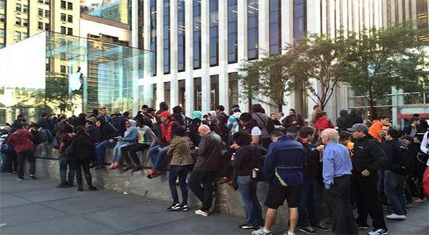 iPhone 6 aun causa aglomeraciones de compradores