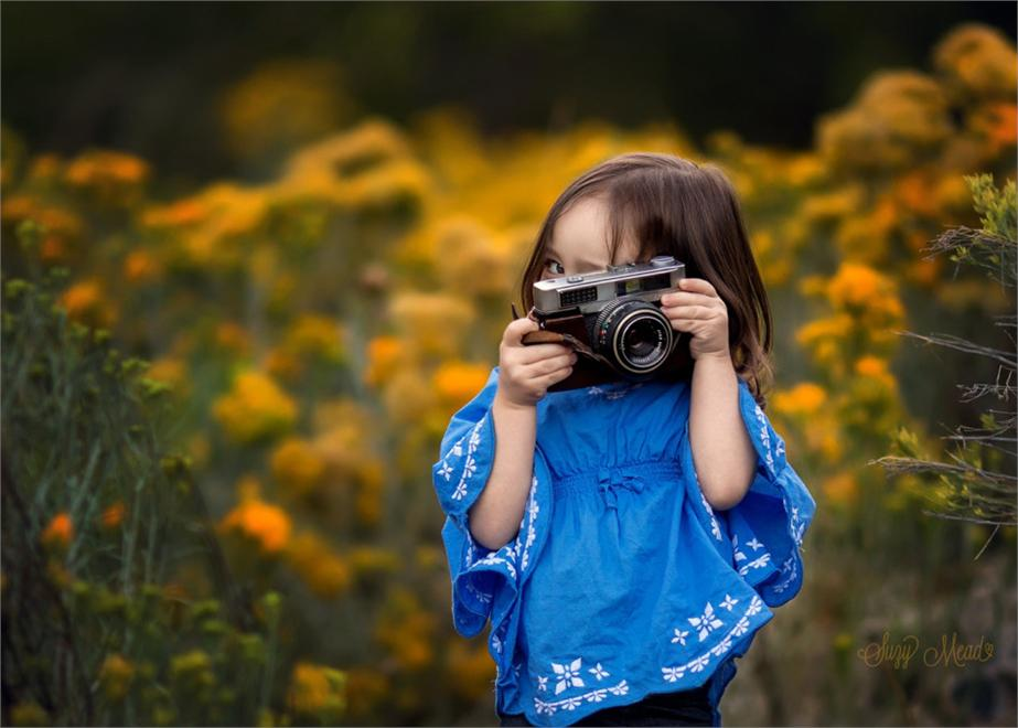 Photographer With A Camera To Shoot Children Warm And Delicate Emotions