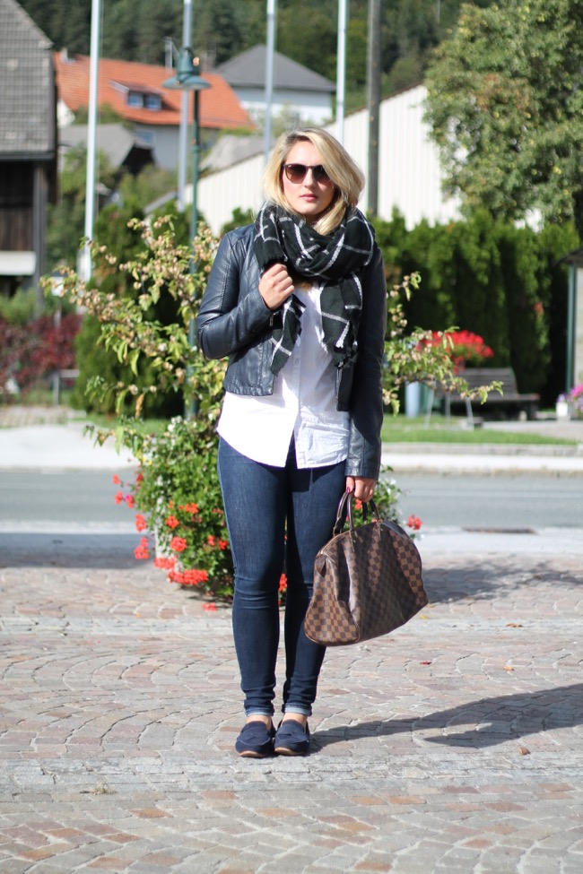 Fashionblogger - Fashion - Outfit - Herbstlook - Outfit im herbst - Outfit für einen serioesen Job - Eleganter Look mit modernen Accessoires - Ernsting's Family Schal - Louis Vuitton Damier Ebene Speedy 35 - Moschino Handy Huelle - Levis Blue Jeans -