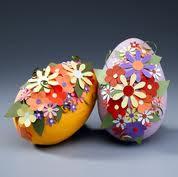 Ovos de Páscoa decorados com flores de papel