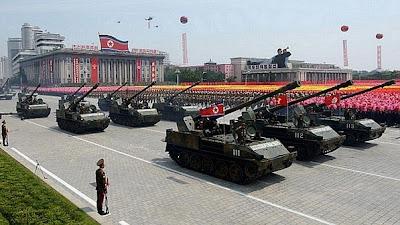 Veteranos de guerra da Coréia se reúnem para ver desfile histórico.