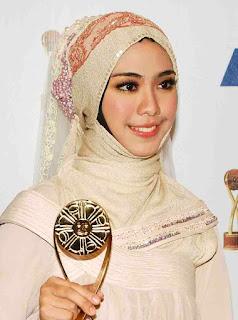 http://gadenks.blogspot.com/2012/05/jilbab-bukan-penghalang-untuk-sukses.html